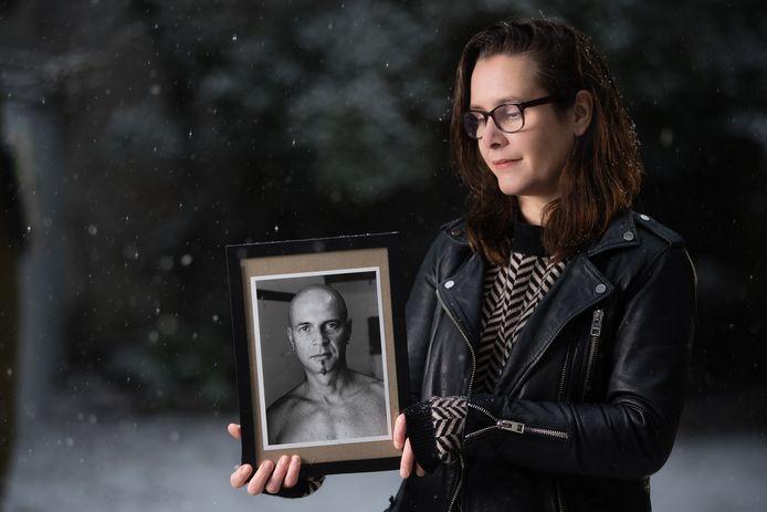 De Belgische Donor Detective Steph Raeymaekers met een foto van haar overleden donorvader Marc