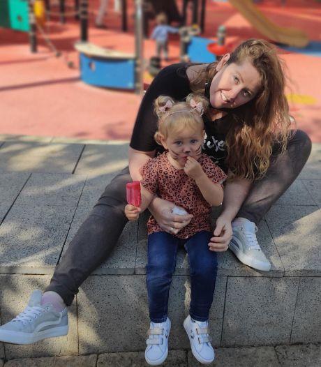 Rebecca uit Oss woont in Israël en slaapt met haar dochter (2) in een schuilkelder: 'Jullie hebben corona, wij raketten'