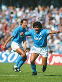 Diego Maradona juicht na een goal tegen AC Milan in Stadio San Paolo, de thuishaven van Napoli waar hij van 1984 tot 1991 schitterde.