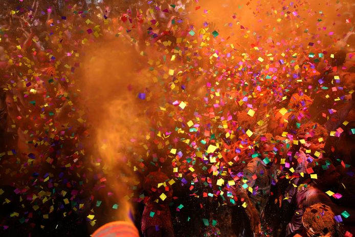 In Rotterdam is er op koningsdag ook een confettiregen, maar dan in de kleuren rood, wit, blauw en oranje.
