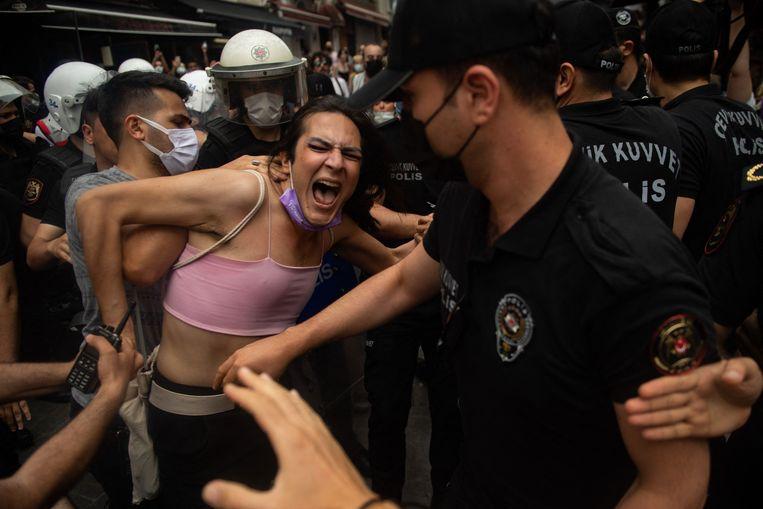 Een demonstrant wordt door de politie aangehouden tijdens de Istanbul Gay Pride. Beeld AFP