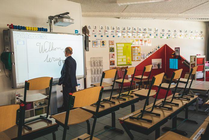 Scholen bereiden zich vol overgave voor op de heropstart, maar moeten telkens opnieuw hun organisatie omgooien. In Gent blijven veel lagere scholen bij hun plan om alle leerlingen de helft van de tijd te laten komen.