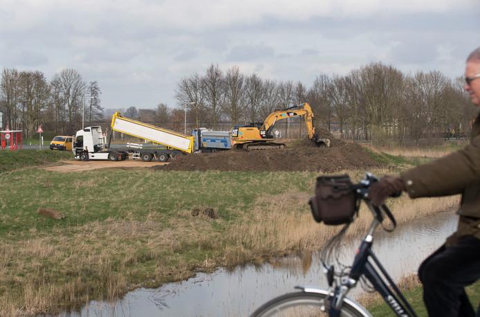 Rond de oude kazemat bij het Hoornwerk in Rhenen wordt grond verzet.