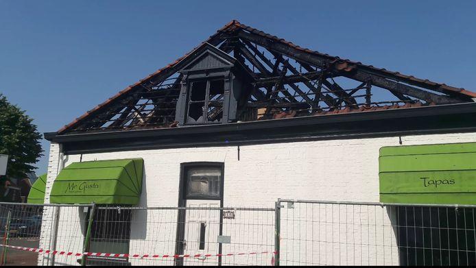 De bovenwoning bij restaurant Me Gusta in Oosterhout is volledig uitgebrand.