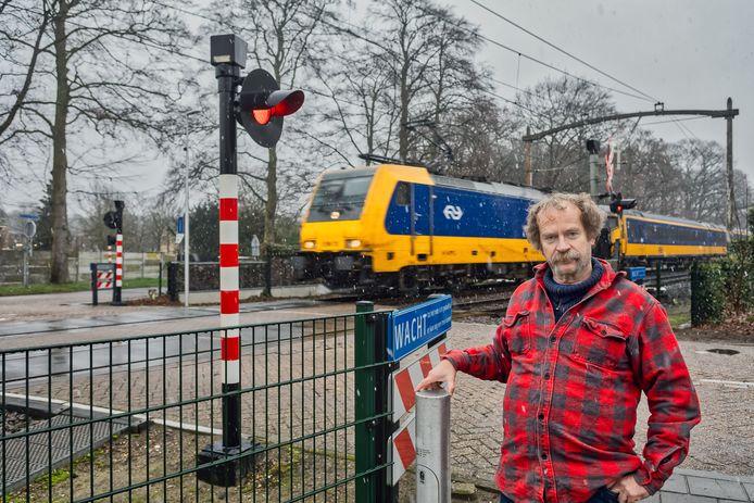 Dion van der Sanden bij de spoorwegovergang Wethouder van Dijklaan in Dorst. Hier worden de betonplaten vervangen door een vloer van rubber.