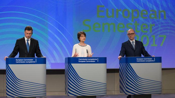 De vicepresident van de Europese Commissie Valdis Dombrovskis en EU-commissarissen Marianne Thyssen en Pierre Moscovici.