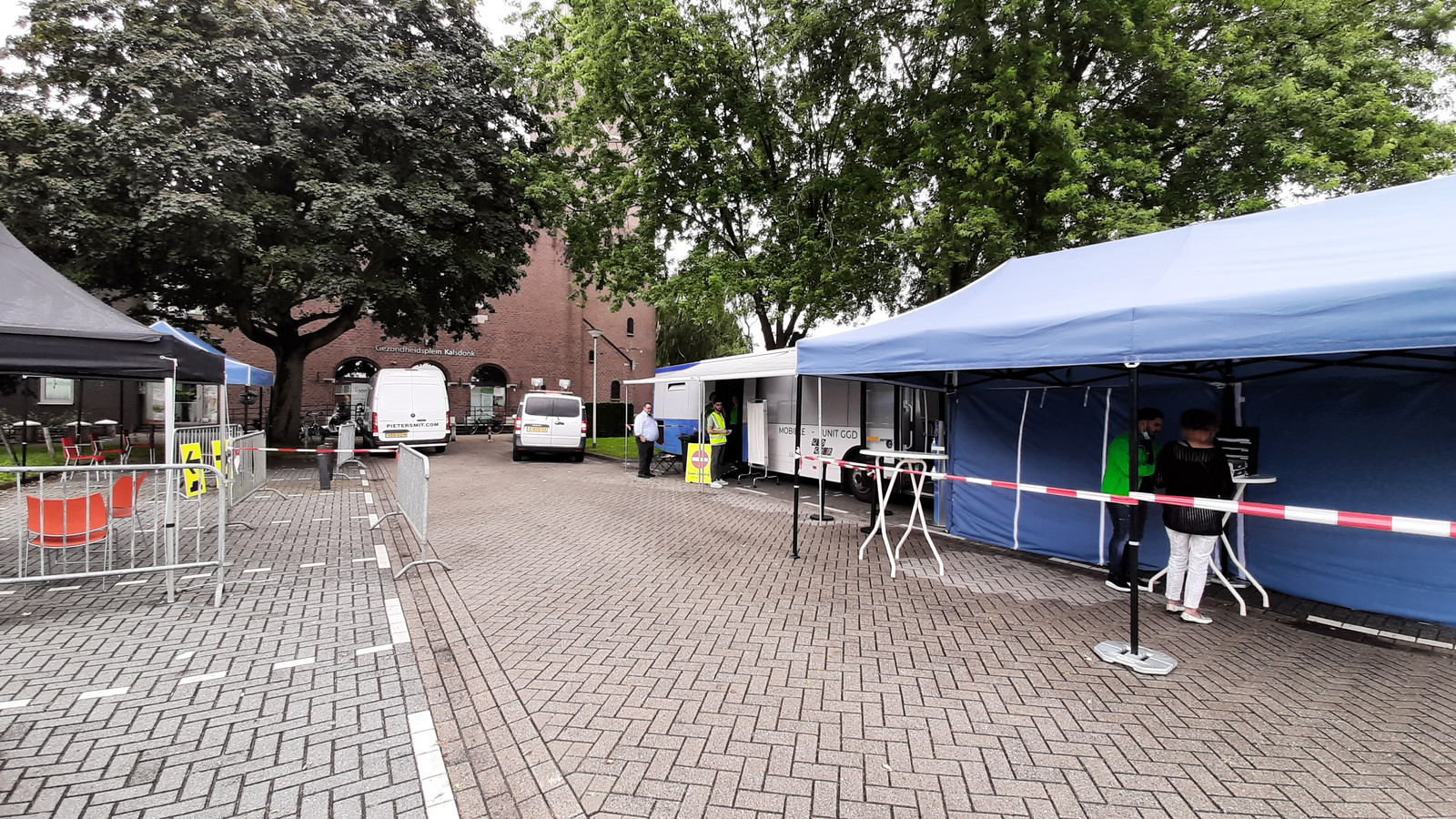 In Roosendaal staat de prikbus van de GGD voor de H. Hartkerk aan de Gastelseweg.