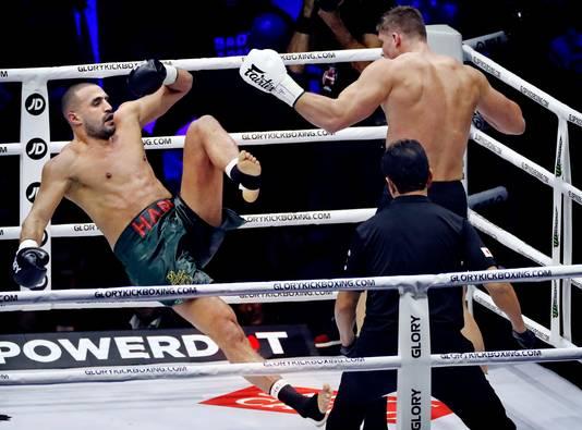 Badr Hari (l) gaat onderuit in zijn gevecht met Rico Verhoeven.