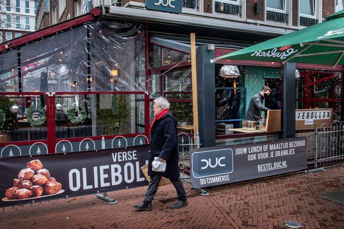 Du Commerce op de hoek Ziekerstraat/Koningsplein in hartje Nijmegen. De horecazaak verkocht in december ook oliebollen.