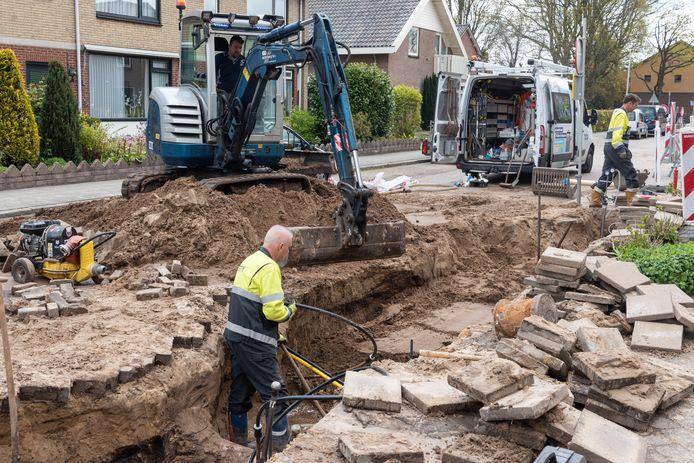 Vanaf drie uur 's nachts zijn medewerkers van Vitens bezig om de waterleidingbreuk te herstellen.