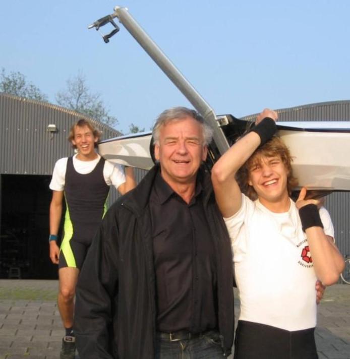 Jan van der Vliet (m.) is de coach van de Roosendaalse Roeivereniging (RVV). Op de Roosendaalse Vliet ('what's in a name') traint hij momenteel twaalf roeiers.