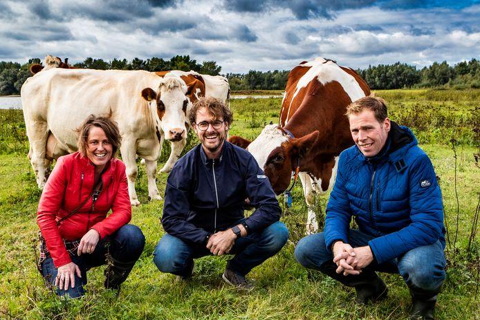 Melkveehouders Tom en Ellis Lugtenberg uit Olst en restauranthouder Leon Ripperda (midden) uit Den Nul willen samen een eigen melkfabriek starten.