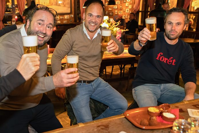 Horecabaas Johan de Vos van café Boerke Verschuren in Breda riep woensdagavond zijn vaste klanten op om zijn biervoorraad op te komen maken. Deze heren werkten daar graag aan mee, al baalde iedereen dat de kroeg voor weken op slot moet.
