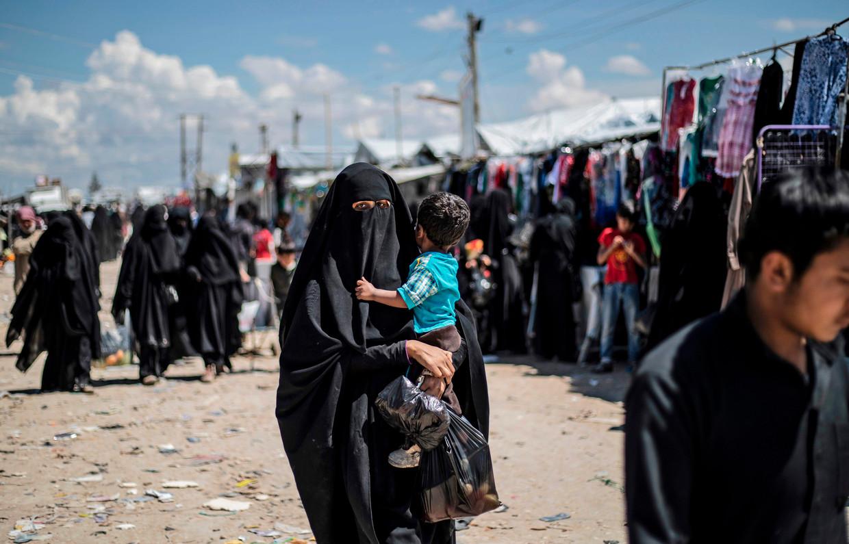 Vrouw met kind in Al Hol, Syrië Beeld AFP