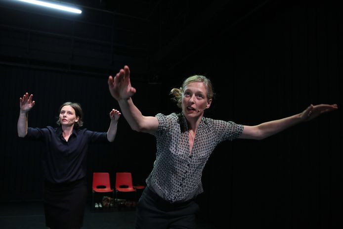 Performers Hester van Hasselt en Esther Snelder in The Exact position of Things.