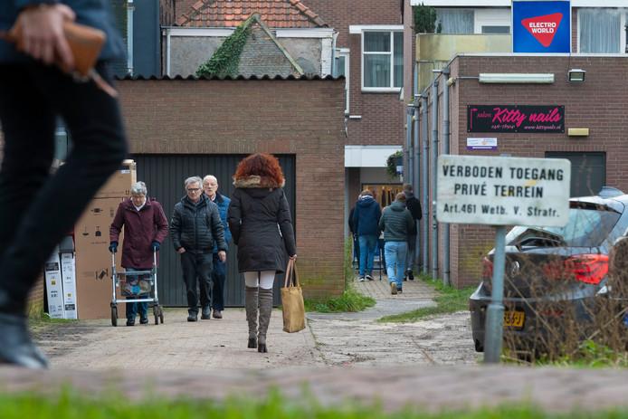 Veel mensen wandelen nu door het steegje van Sebregts naar het Waalwijkse winkelgebied, ook al is het eigenlijk privé-terrein.