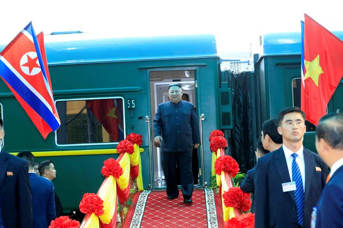 De Noord-Koreaanse leider Kim Jong-un arriveert per trein op het Vietnamese grensstation Dong Dang.