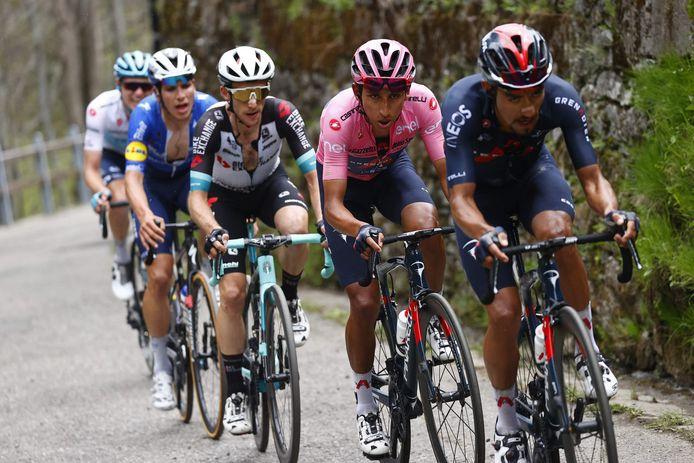 Egan Bernal (in het roze) in het wiel van land- en ploeggenoot Daniel Felipe Martínez.
