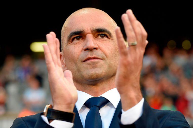 Roberto Martínez applaudisseert voor de aftrap.