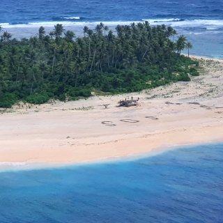 vermiste-zeelieden-gevonden-op-onbewoond-eiland-dankzij-sos-in-het-zand