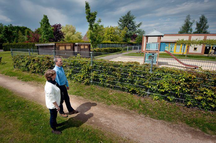 Anne en Bert Beernink bij speelplaats van De Toermalijn.