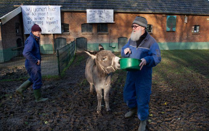 Meine Vellinga (rechts) was 35 jaar geleden een van de oprichters van de kinderboerderij in Houten. ,,De mensen snappen niet waarom dit nu failliet moet gaan.''