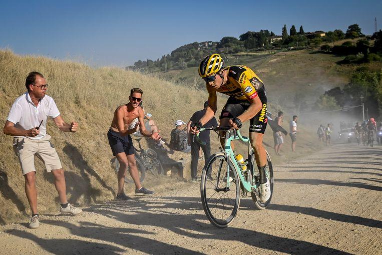 Wout van Aert plaatst zijn beslissende aanval op deze Toscaanse grindweg. Beeld BELGA