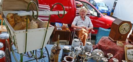 Grote Enschedese vlooienmarkt op Van Heekplein trekt als vanouds veel Duitsers: 'Zijn snelle beslissers'