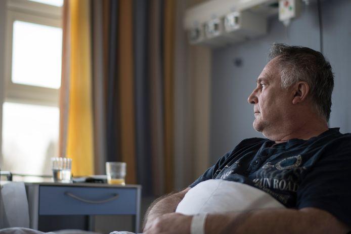 Een paar uur nadat Derk Jan Bult uit Lienden zijn eerste coronavaccin kreeg, kreeg hij hevige hoofdpijn: even later kon hij nauwelijks op zijn benen staan. Hij belandde erdoor in het ziekenhuis.