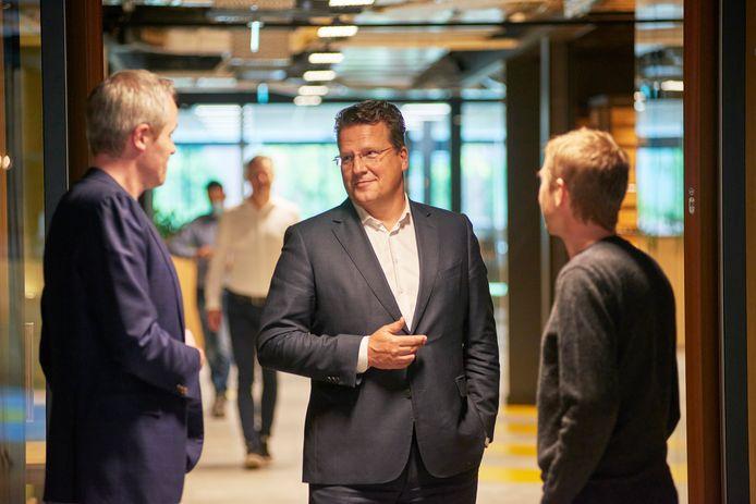 Koen Slippens, hoogste baas van Sligro in Veghel, op de werkvloer van het hoofdkantoor in gesprek met een paar medewerkers van het bedrijf.