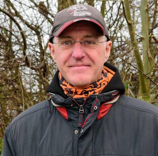 Jaap van den Berg bij de Vogelopvang Soest, waar een grote kolonie huismussen in de struiken bivakkeert.