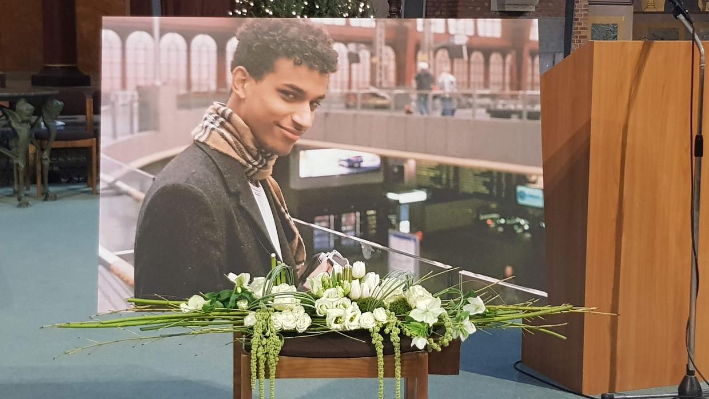 Een foto van Sanda Dia op zijn begrafenis. De student overleed na een uit de hand gelopen doop.  Beeld Sander Bral