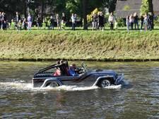 Meester Wim per autoboot naar laatste werkdag op Jozefschool in Haghorst