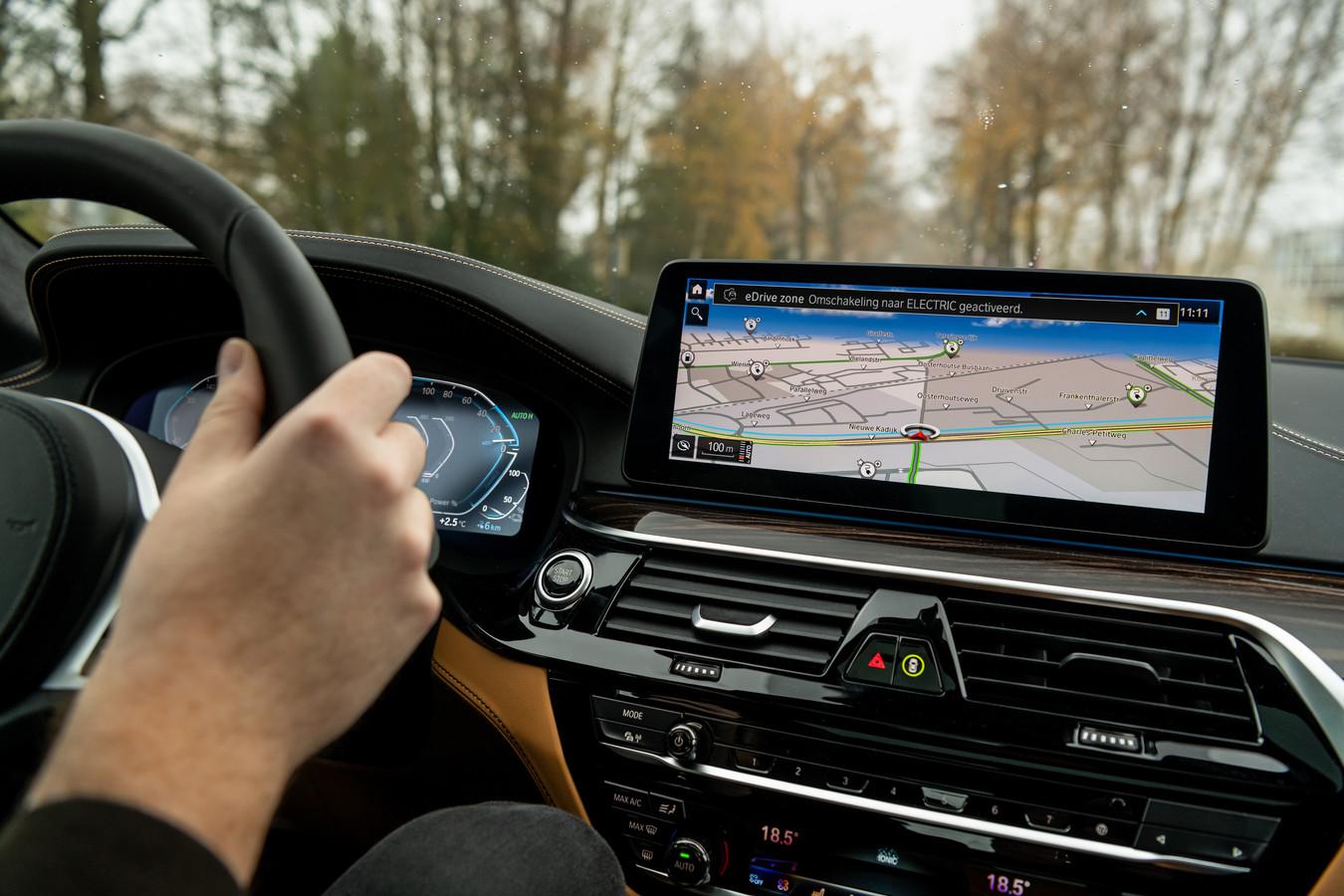 De bestuurder wordt in de auto geïnformeerd op het moment dat hij de eDrive Zone in- of uitrijdt