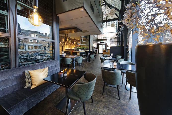Alle restaurants staan leeg, zoals Le Verre in Schijndel. Gedupeerde ondernemers staan in de rij bij gemeenten voor financiële steun.