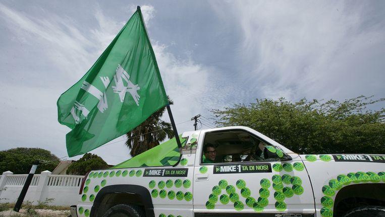 Een auto van de regeringspartij AVP op de dag van de parlementsverkiezingen op Aruba. Beeld ANP