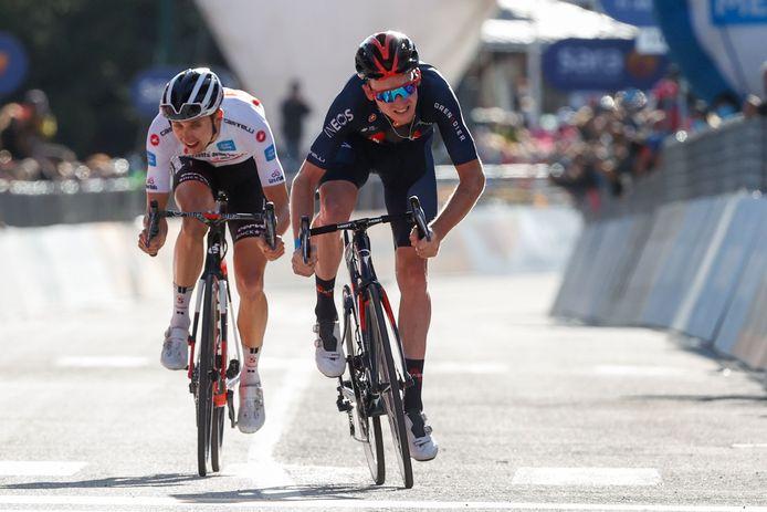 Tao Geoghegan Hart (r) en Jai Hindley strijden vandaag om de eindzege in de Giro.