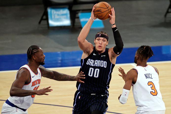 Aaron 'Air' Gordon omringd door spelers van New York Knick.