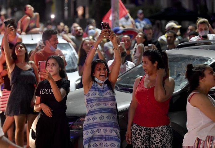 Feest in de straten nadat het Tunesische parlement opgeschort werd.