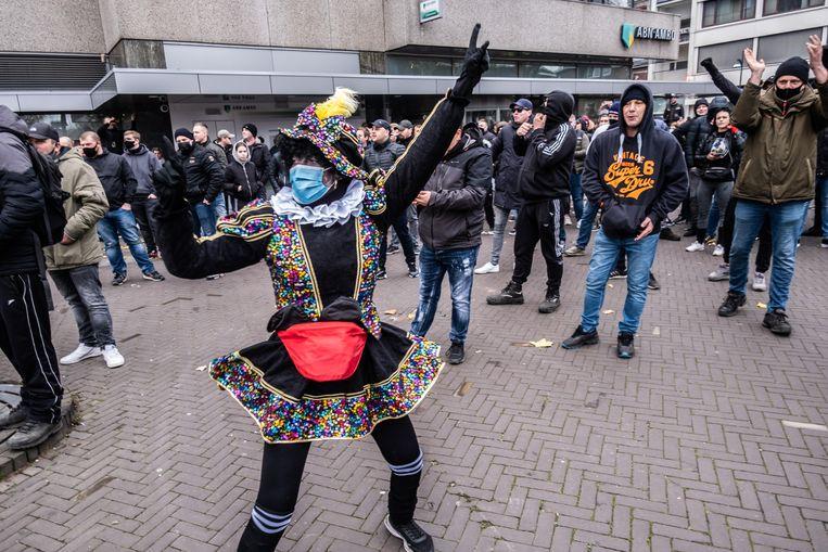 Venlo, november 2020. Leden van de actiegroep Kick Out Zwarte Piet (KOZP) protesteren tegen de 'Grijze Piet'. KOZP wil alleen nog roetveegpieten, zonder afropruik. Beeld Joris Van Gennip