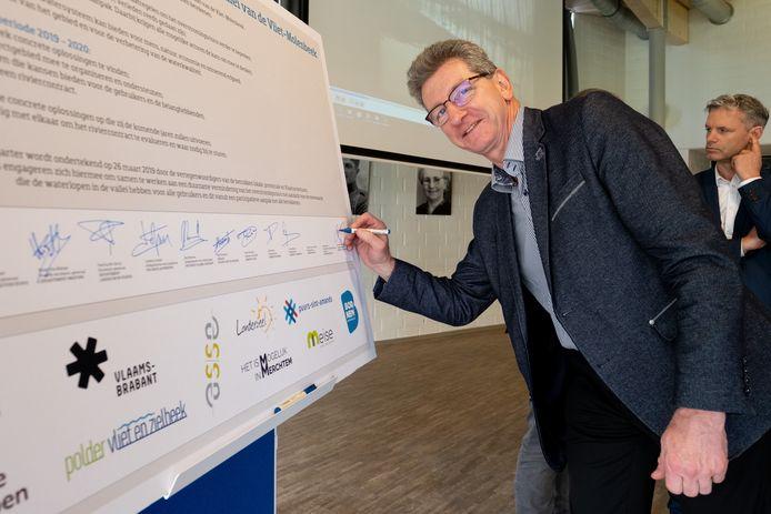 PUURS SINT-AMANDS: De lancering van het participatieproject 'Riviercontract Vliet-Molenbeek'. Ook burgemeester Peter Van Hoeymissen ondertekende het contract.