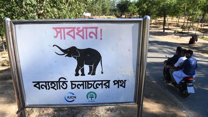 Borden waarschuwen voor olifanten nabij het vluchtelingenkamp in Balukhali, Bangladesh.