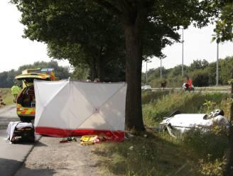 Auto belandt in gracht naast E34: jonge vrouw levensgevaarlijk gewond