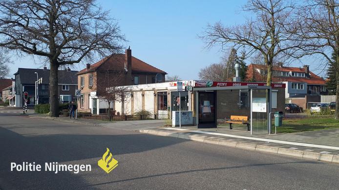 De bushalte in Nijmegen waar het meisje is besmeurd.