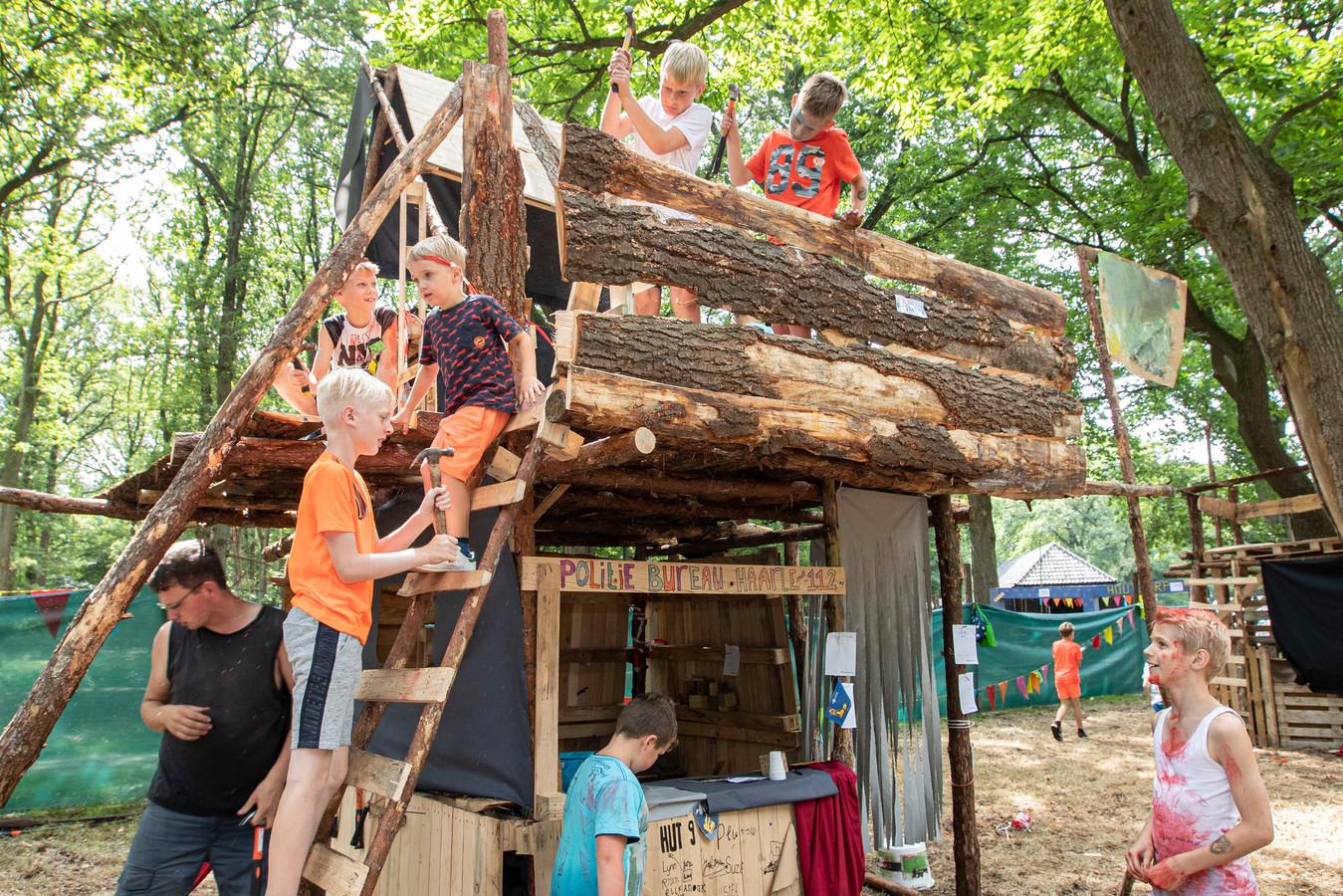 In het houtdorp bij schaapskooi Twilhaar in Haarle wordt de laatste hand gelegd aan de hutten, die dit jaar ambulanceposten, politiebureaus en brandweerkazernes moeten voorstellen.