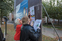 Actiegroep tegen fusie Nuenen met Eindhoven hangt pamfletten op in Nuenen.