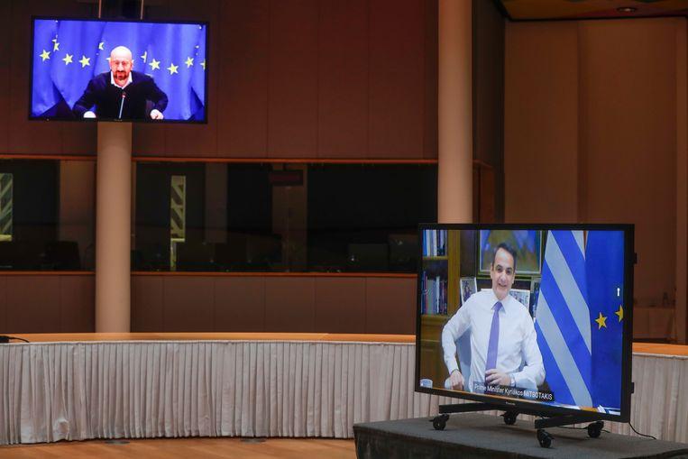Voorzitter van de Europese Raad Charles Michel (links) en Griekse Premier Kyriakos Mitsotakis hebben een online vergadering in de Europese Raad.  Beeld AP