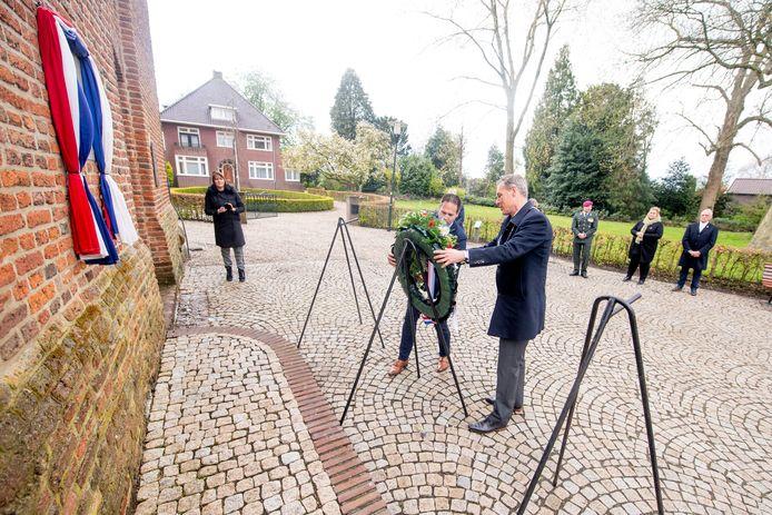 urgemeester Hans Broekhuizen (rechts) en wethouder Bart-Jan Harmsen legden gisteren aan het eind van de middag al een krans bij het oorlogsmonument in Den Ham.