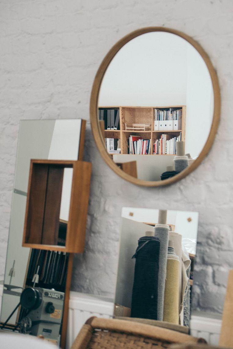 Detail van Marina's appartement met de grote staande spiegel  die ze in 2007 ontwierp  voor Ligne Roset. Beeld null