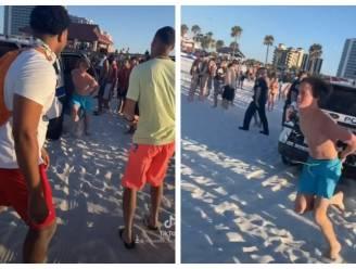 Tiktokvideo gaat viraal: geboeide strandganger (18) vlucht uit politiewagen en zet het op een lopen
